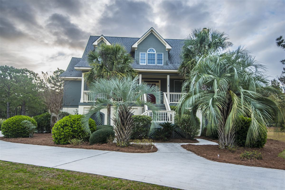 Luxury real estate rental on the lake in Headquarters Plantation
