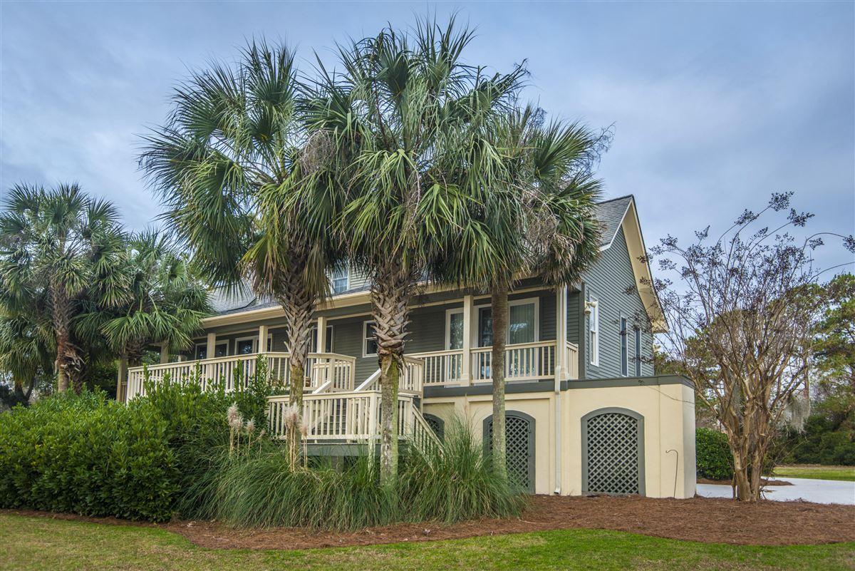 Luxury homes rental on the lake in Headquarters Plantation