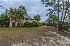 Mansions in rental on the lake in Headquarters Plantation
