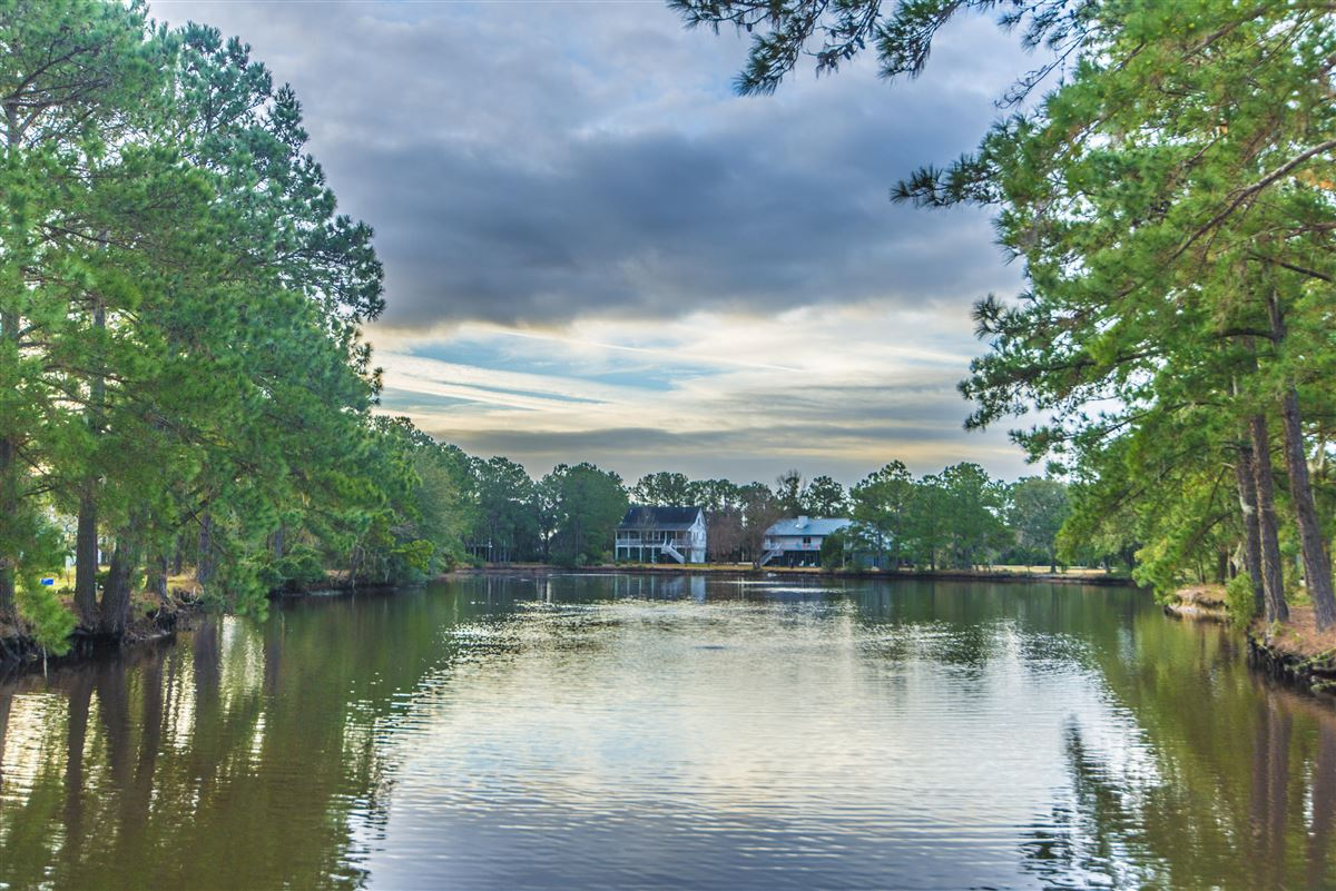 Luxury homes in rental on the lake in Headquarters Plantation