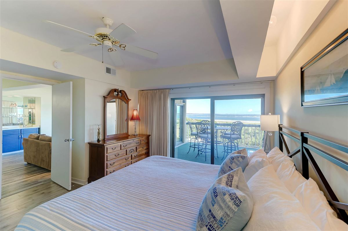 Luxury properties Welcome to a magnificent third floor luxury condominium