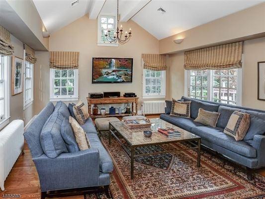 Mansions in landmark Washington's Headquarters ColoniaL
