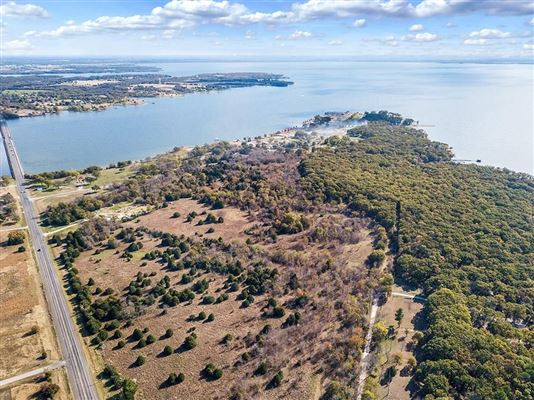 Luxury homes prime lakefront location in East Tawakoni