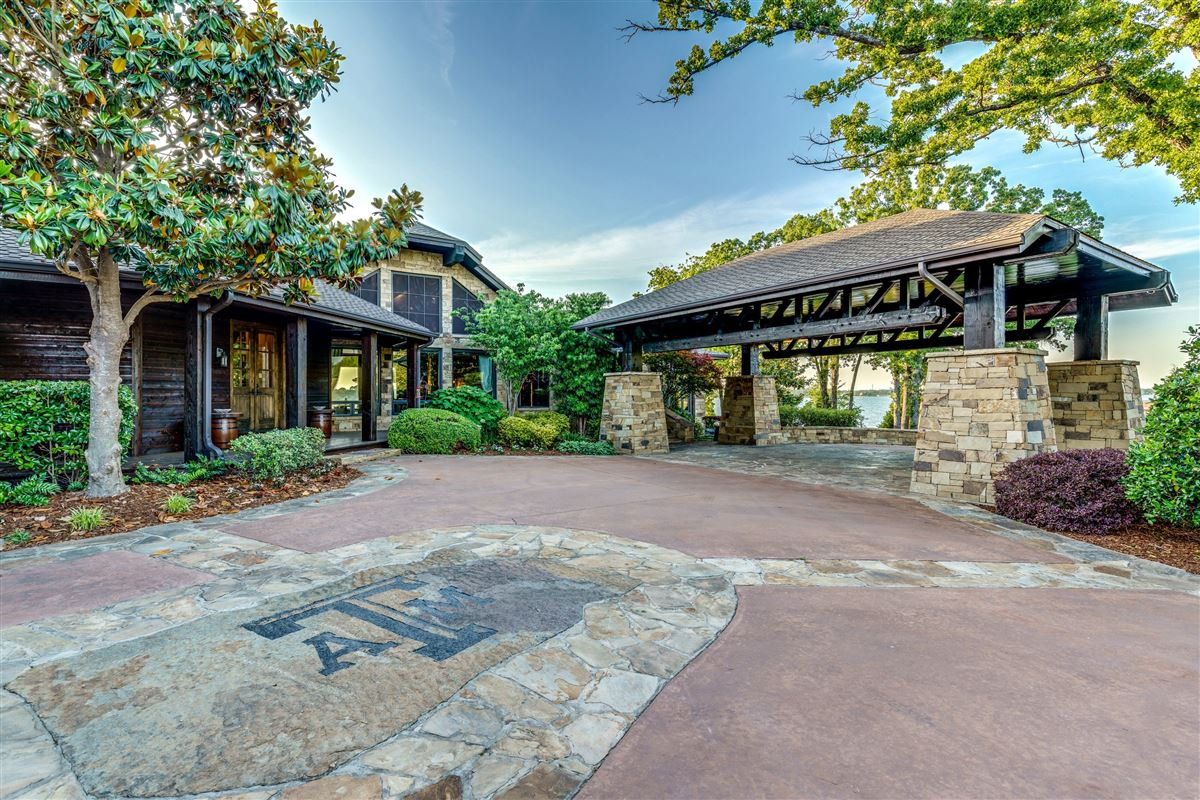Luxury properties Crown Jewel of Cedar Creek Lake in Texas