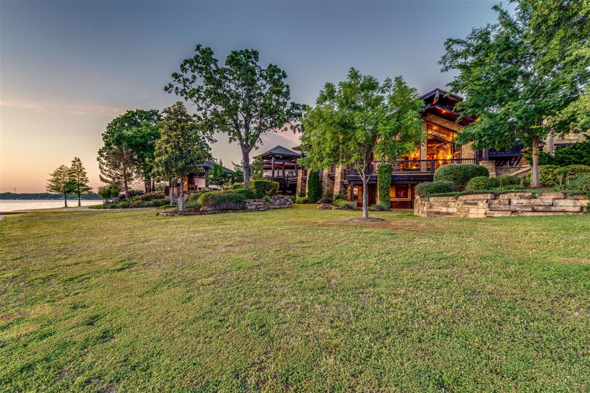 Luxury homes Crown Jewel of Cedar Creek Lake in Texas