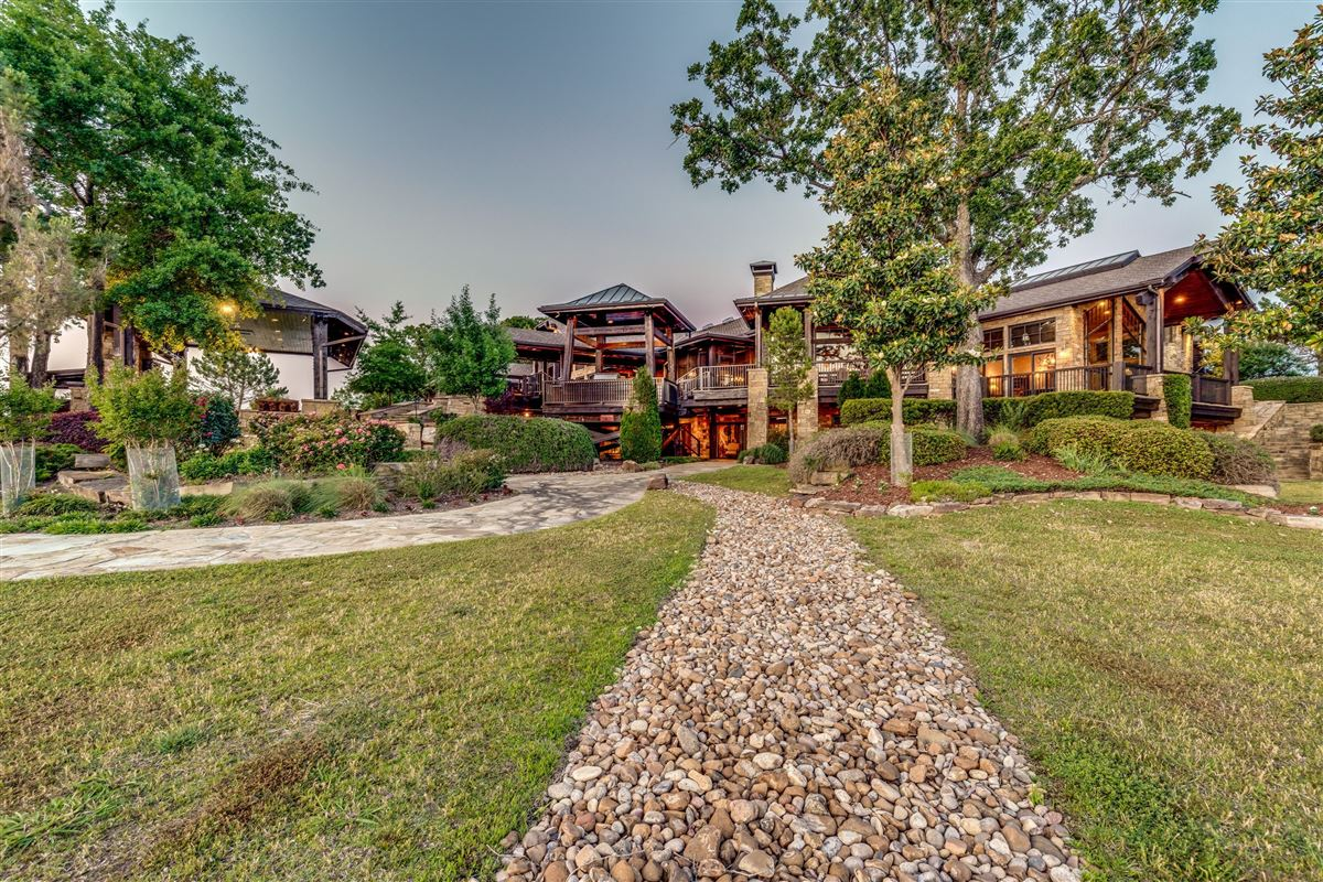 Luxury real estate Crown Jewel of Cedar Creek Lake in Texas