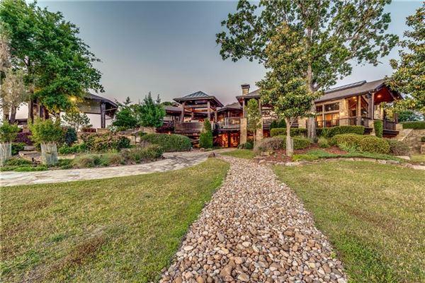 Luxury properties Crown Jewel of Cedar Creek Lake in Texas