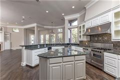 Mansions in five bedroom estate in the center of Arlington