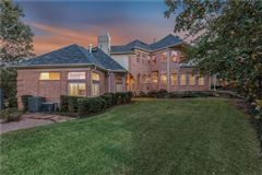 Luxury homes in five bedroom estate in the center of Arlington