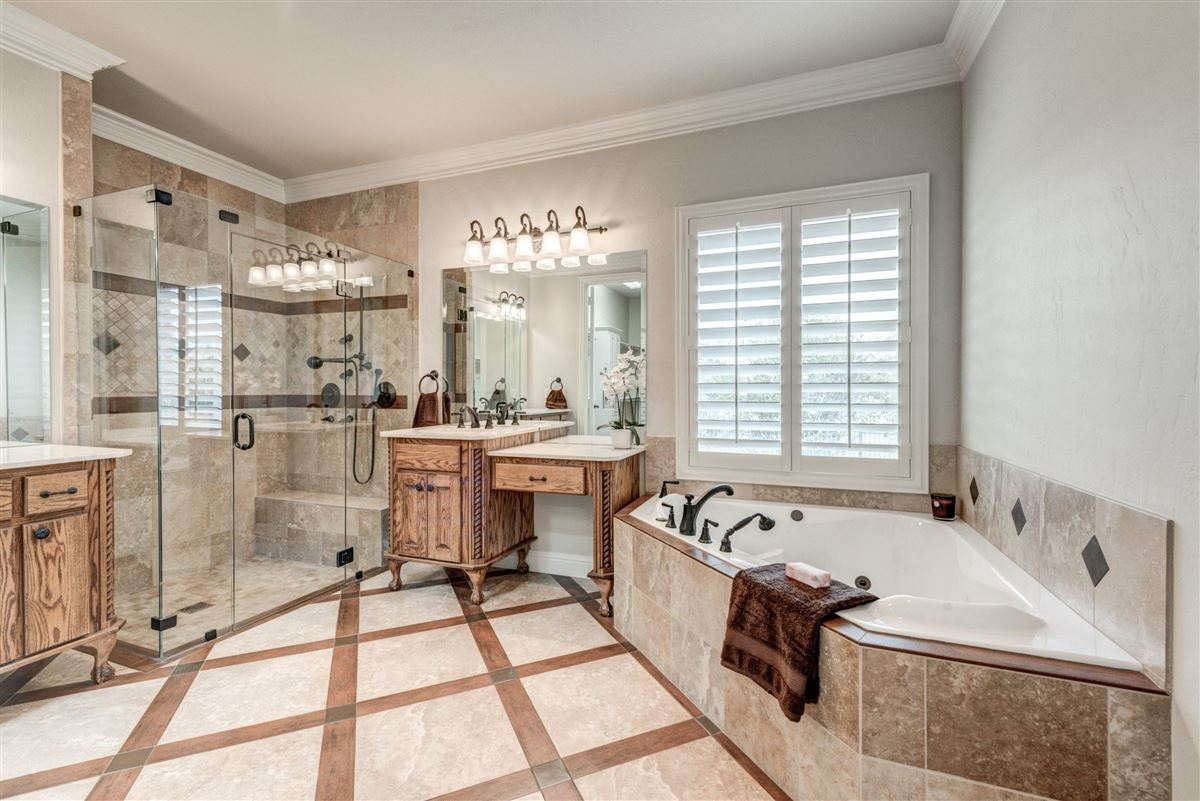 Mansions Well-maintained southlake home