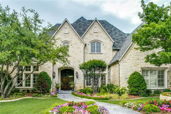 LUXURIOUS Home On Wooded Lot In Chapel Creek