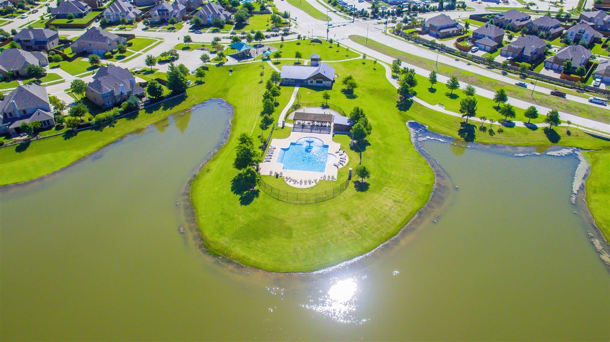 Luxury real estate beautiful home in The Shores at Waterstone