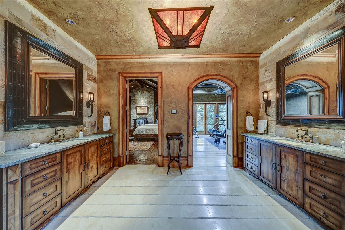 Luxury real estate MAGNIFICENT estate in the heart of old Preston Hollow
