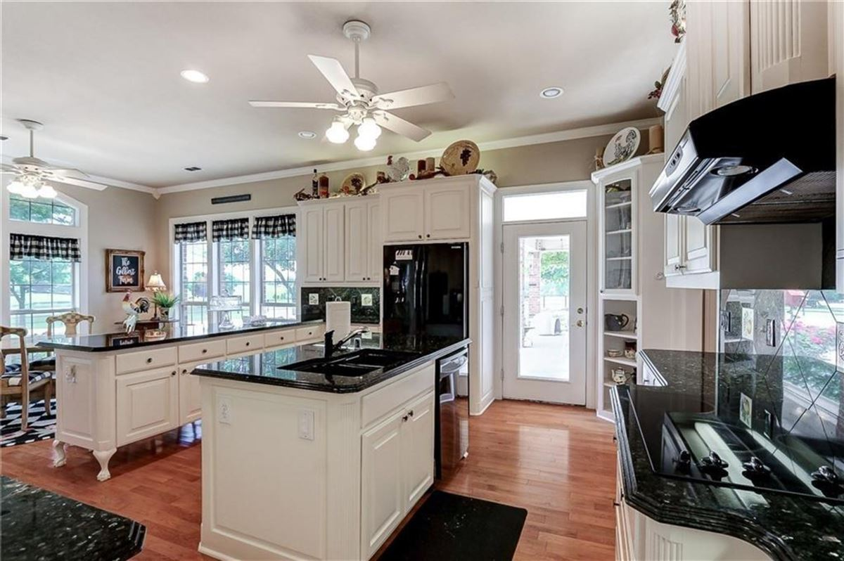 Mansions in Gorgeous and lovingly cared for 50 acre ranch
