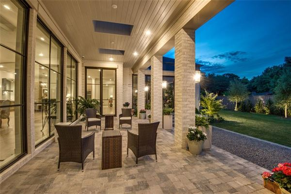 Mansions Beautifully appointed 2019 transitional home