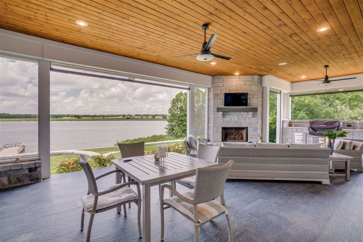 Mansions in this beautiful, peaceful and tranquil property boasts stunning lake views