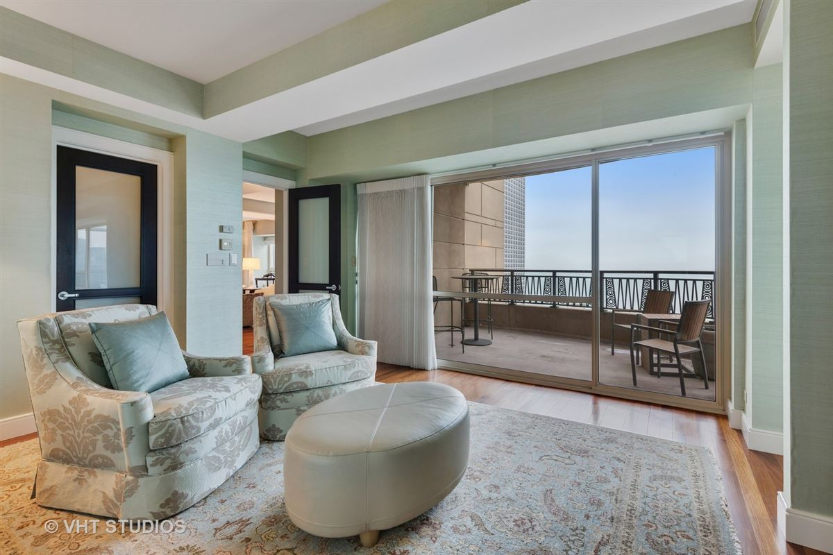 Luxury homes in 48th floor rental at the iconic Park Tower
