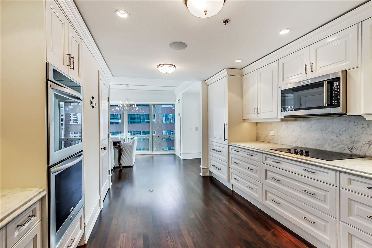 Luxury homes in Chicago Place condo