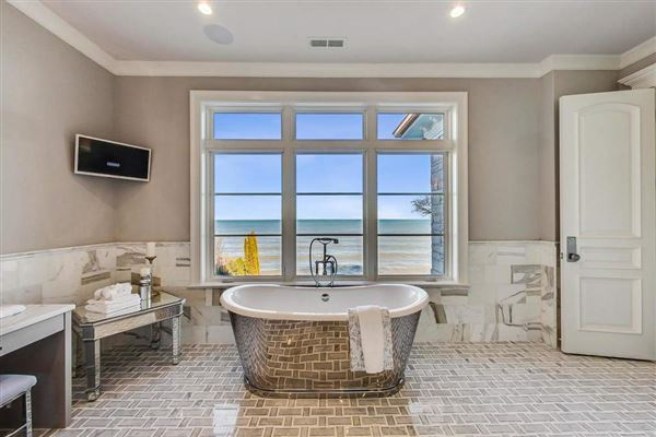 Luxury homes in magnificent lakefront property in East Kenilworth