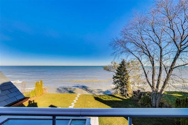 magnificent lakefront property in East Kenilworth luxury properties