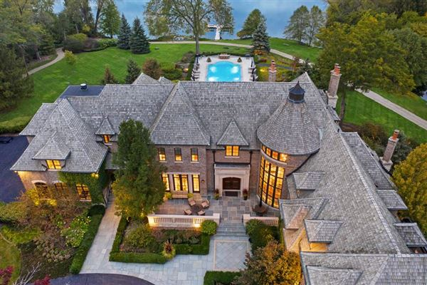 Mansions in Elegant Estate in prestigious Barrington Hills