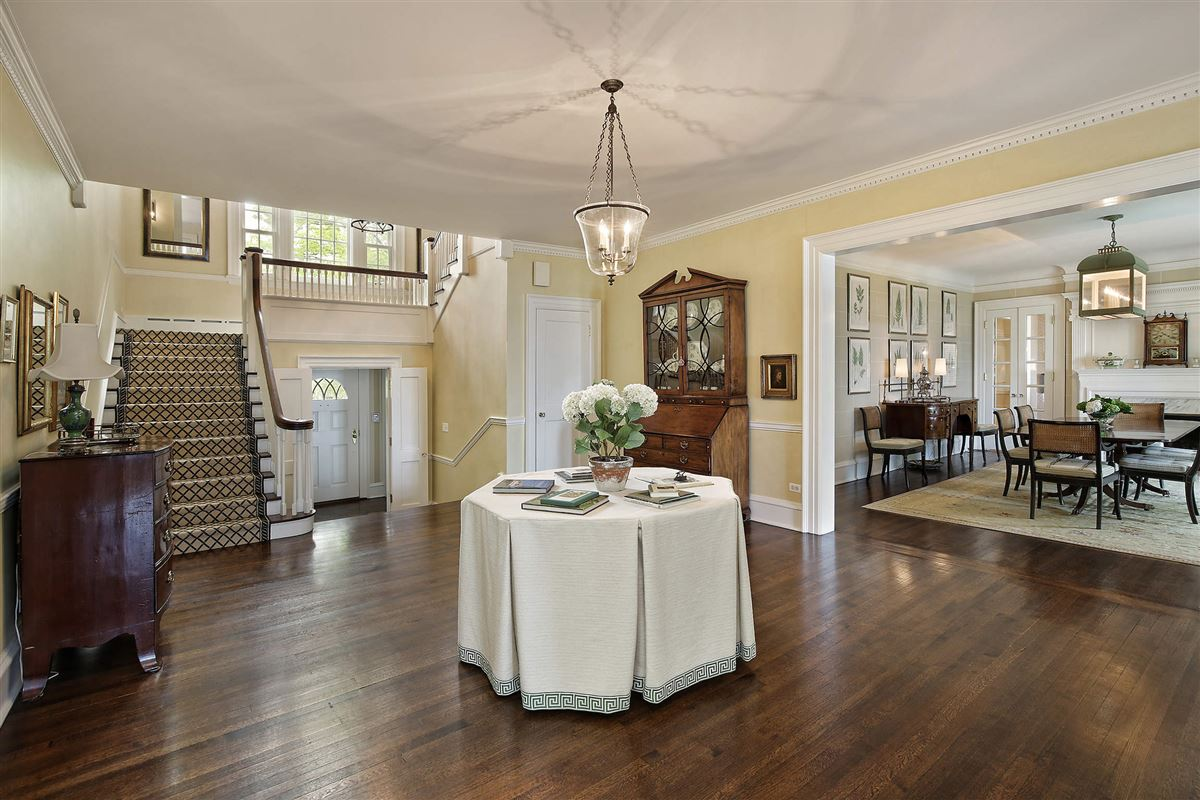 Luxury homes LAKEFRONT LIFESTYLE