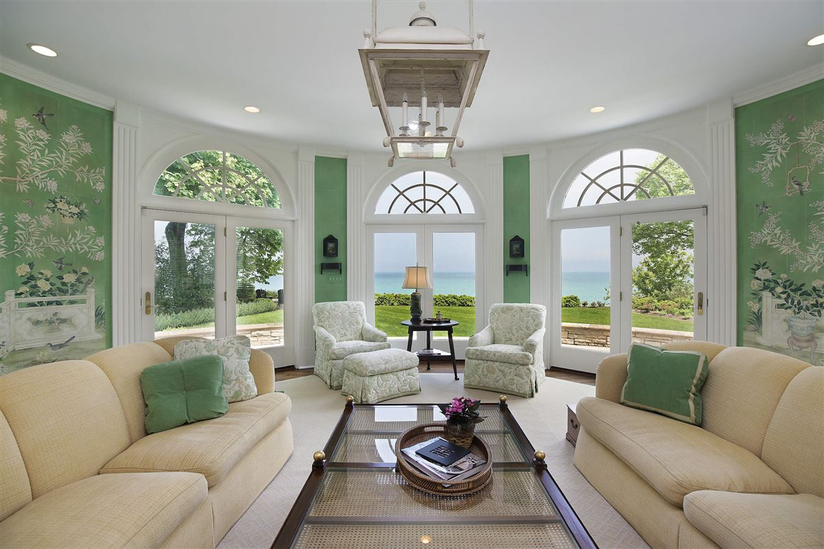 Luxury properties LAKEFRONT LIFESTYLE