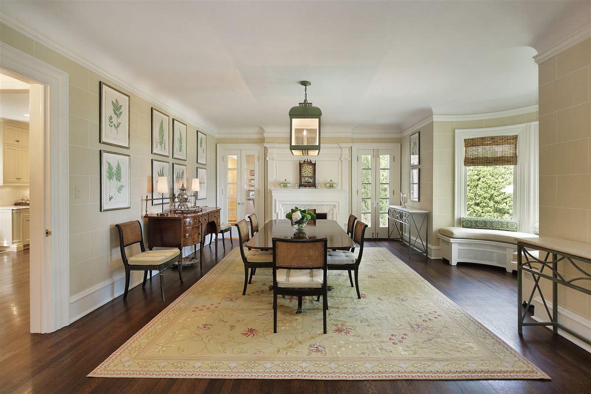LAKEFRONT LIFESTYLE luxury properties