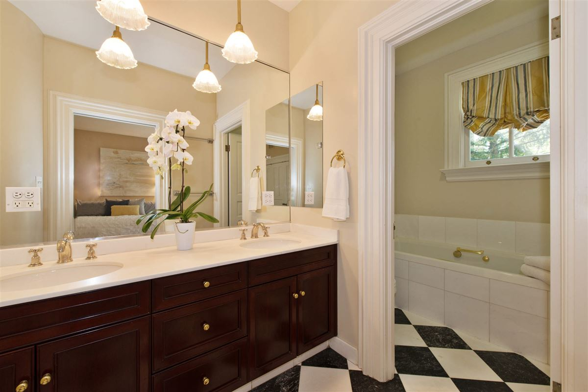 Vintage charm in the heart of Lincoln Park mansions