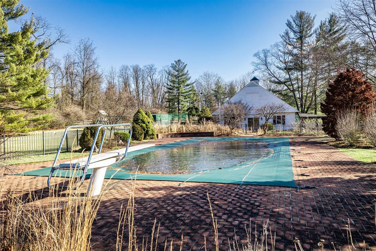 27 acre property in indian hill mansions