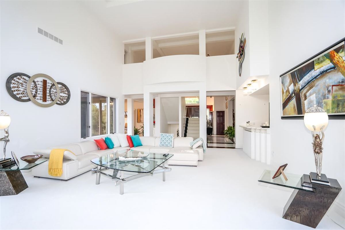 Luxury properties Spacious contemporary on four private acres