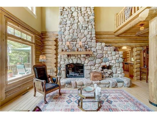 charming home offers lake views mansions