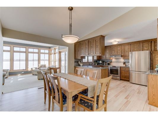 Luxury real estate Warm and Inviting Home in Prior Lake