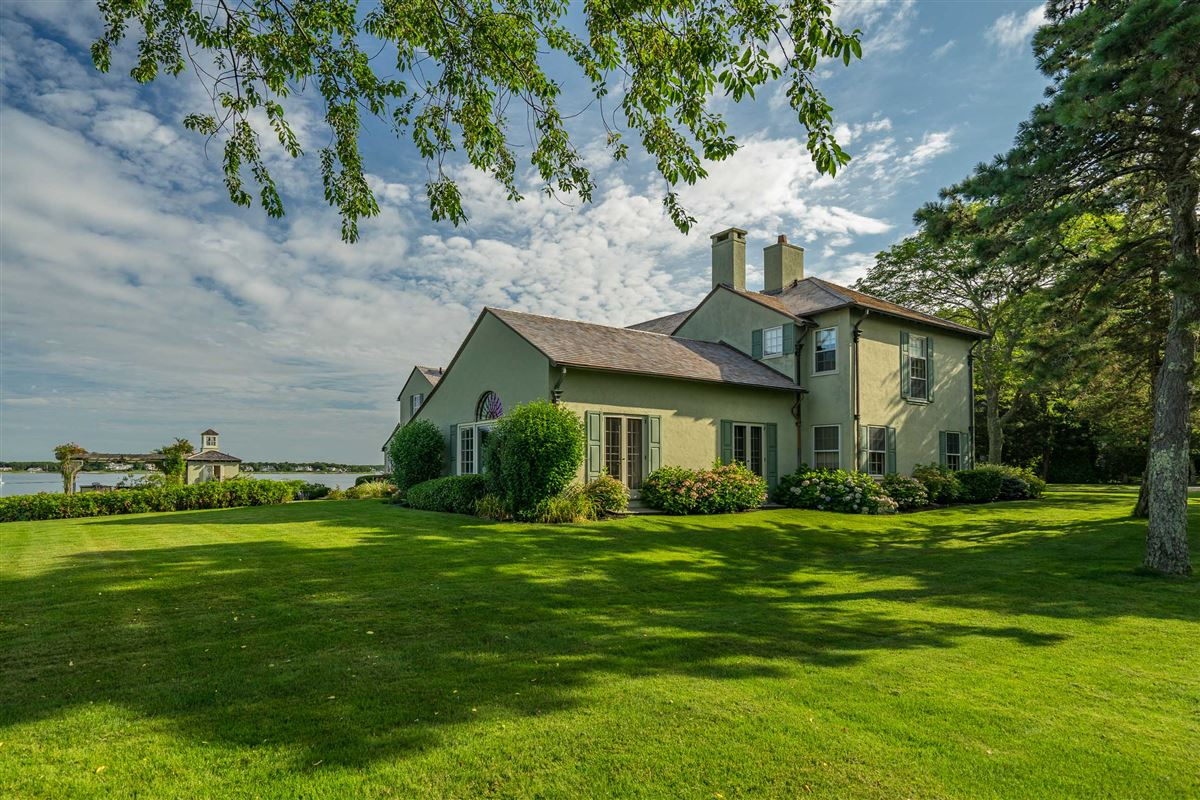 Luxury real estate Exquisite waterfront estate in Osterville