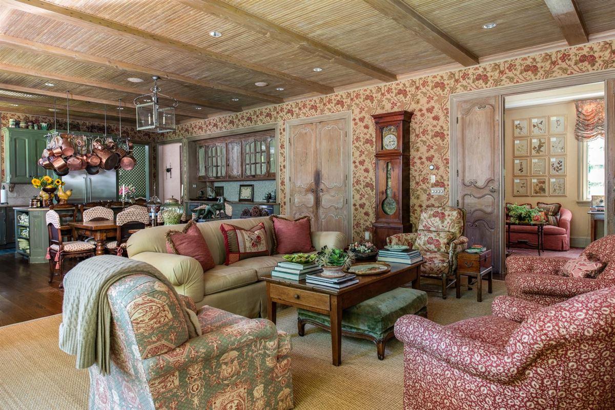 Mansions in Elegant and richly designed estate