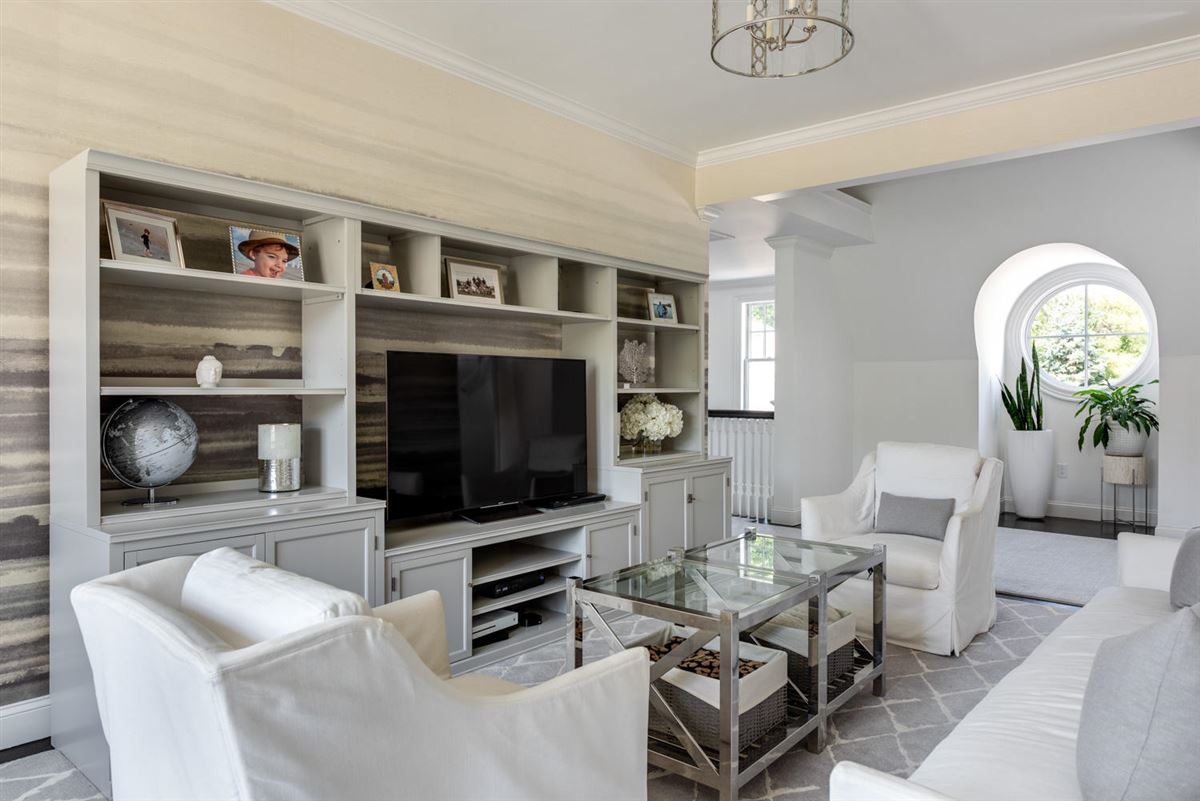 Luxury homes in magnificent residence in Oyster Harbors
