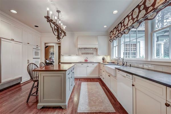 Mansions perfect location in tuxedo park