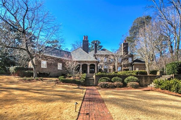 Luxury real estate Exquisite estate includes seven fireplaces