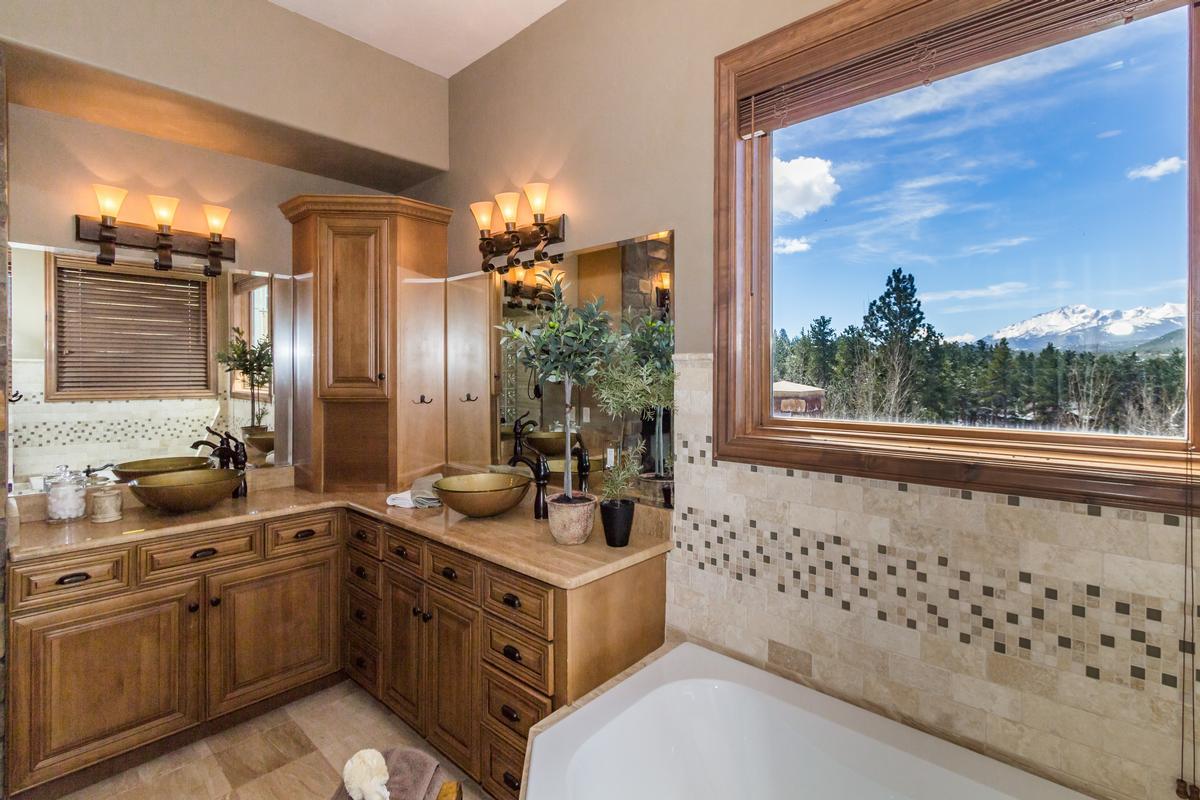 Luxury homes Executive Estate Captures Pikes Peak