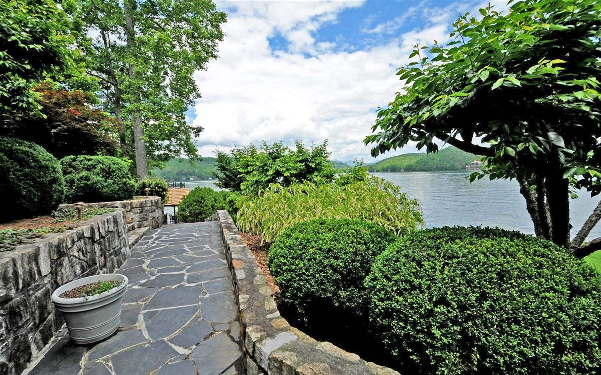 Luxury real estate Grand Stone Manor on Lake Burton