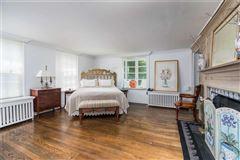 Luxury homes Waterfront Hamptons-style Living in Roslyn Harbor