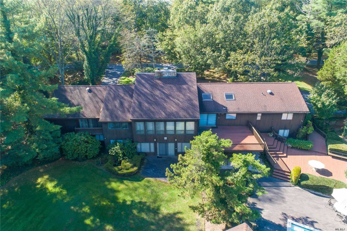 Luxury homes in 1979 contemporary on over two acres in Stone Arches