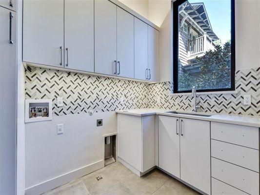 Luxury homes New Modern Waterfront Estate in Austin