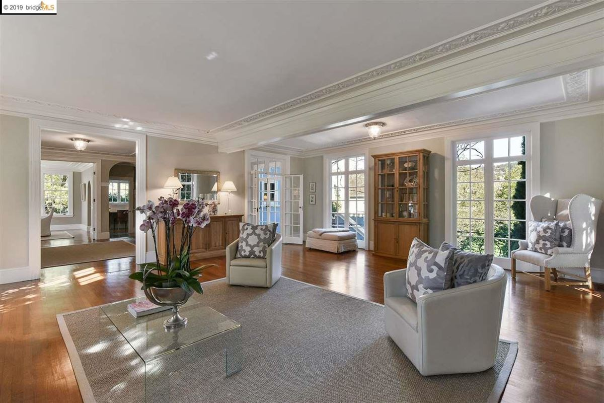 Luxury properties Stunning Albert Farr traditional home