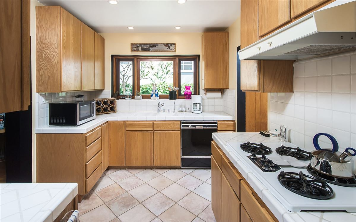 Warm And Traditional Santa Monica Bungalow California Luxury Homes Mansions For Sale Luxury Portfolio