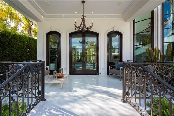 REMARKABLE SECLUSION IN BEVERLY HILLS | California Luxury