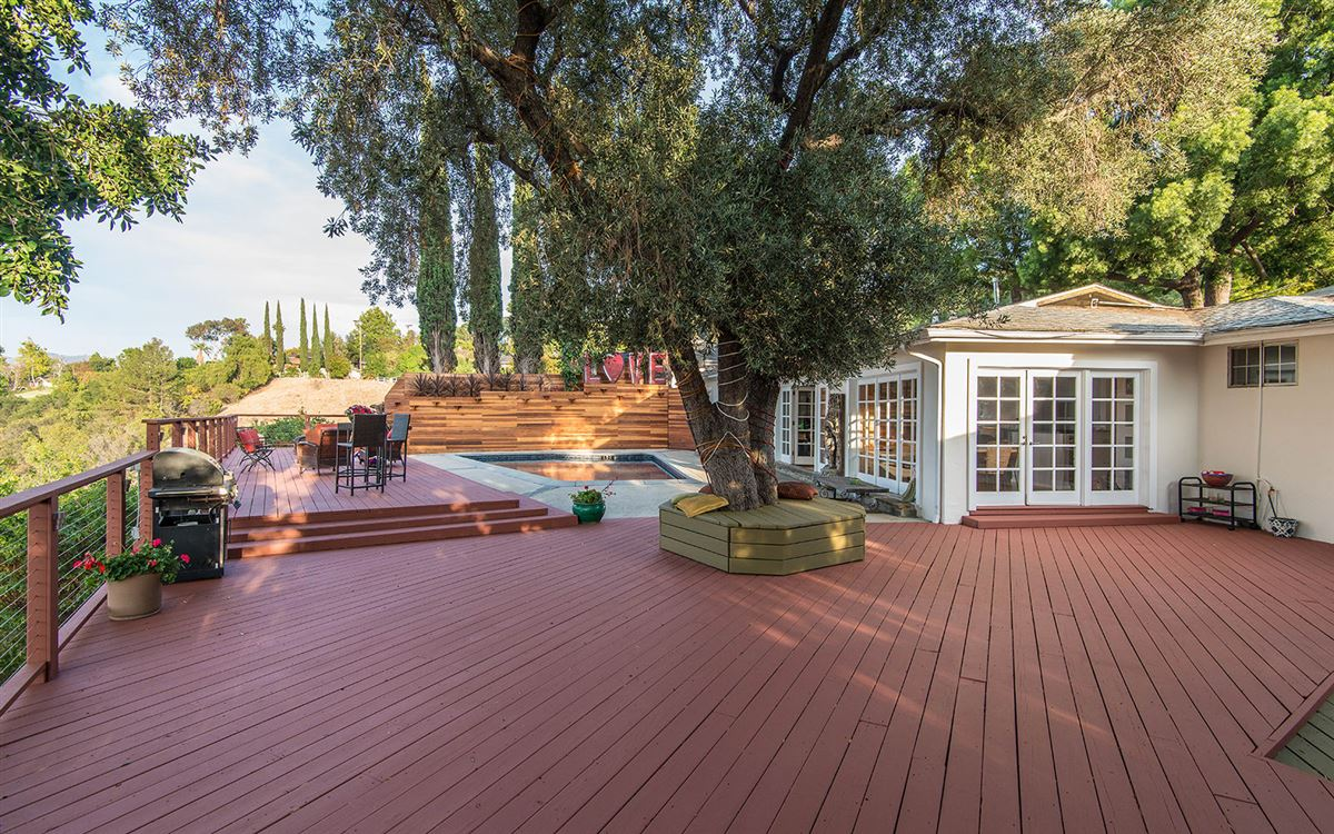 Luxury homes in view property in the hills of Studio City