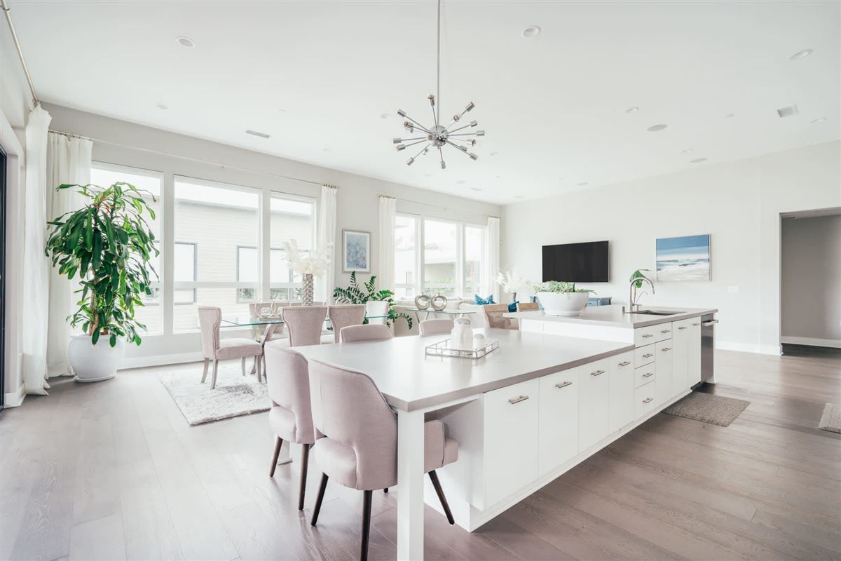 beautifully designed top floor single level condo at CLEO mansions