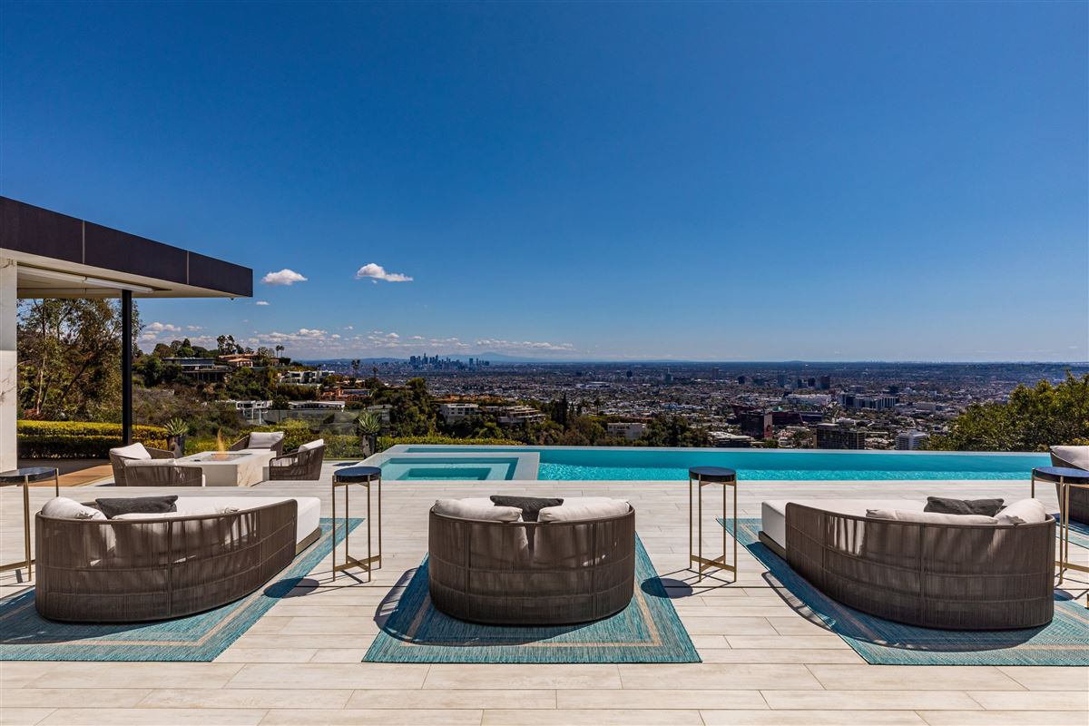 Luxury homes modern Shangri-La in Trousdale