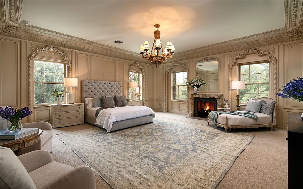 Mansions in 10 acres in the heart of Holmby Hills